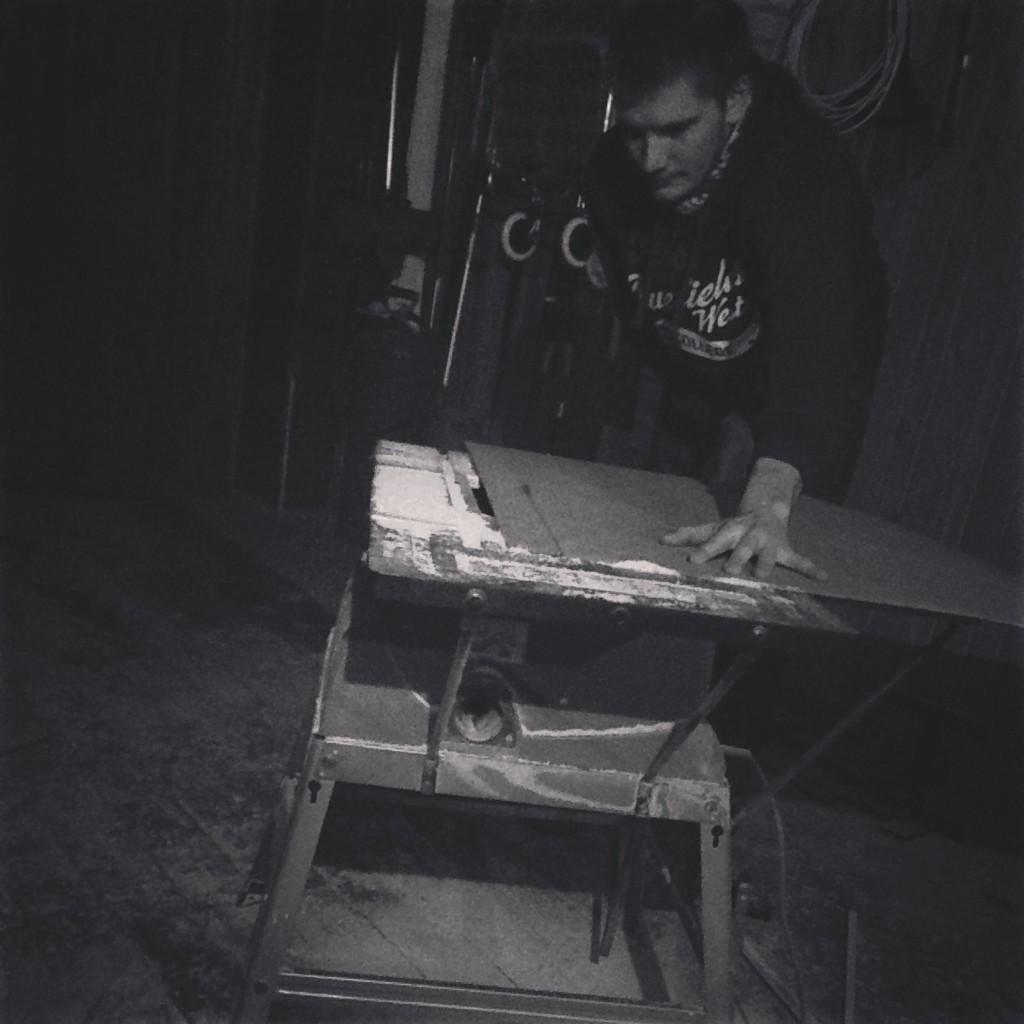 Илья работает