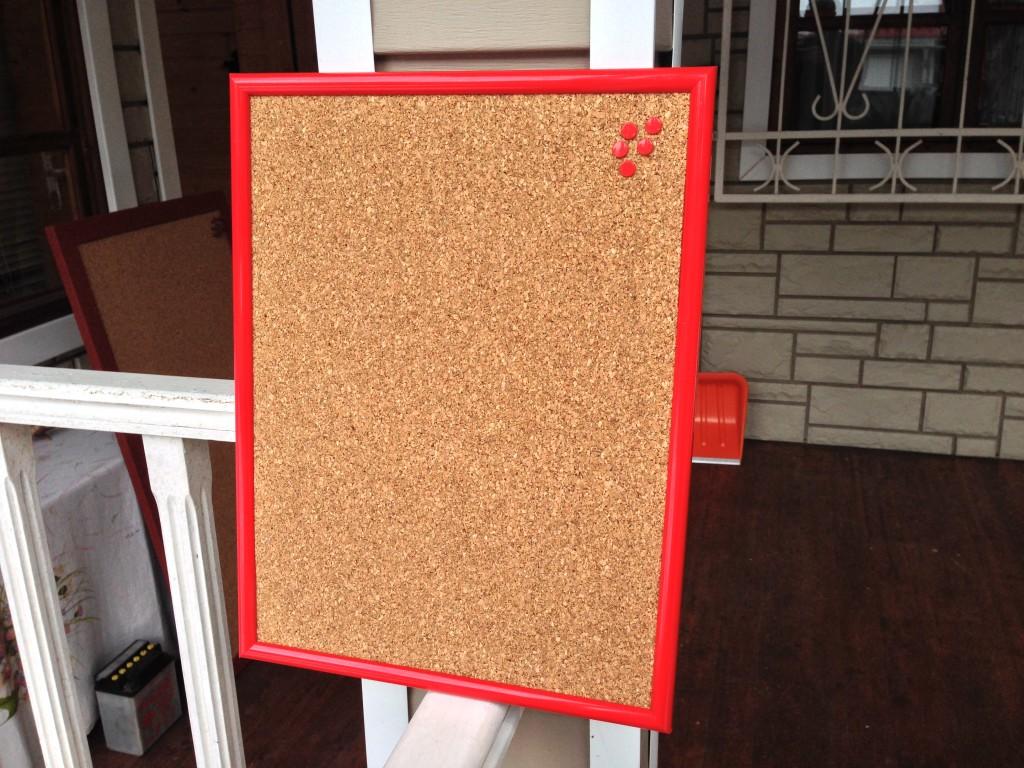 Пробковая доска на стену красная рамка