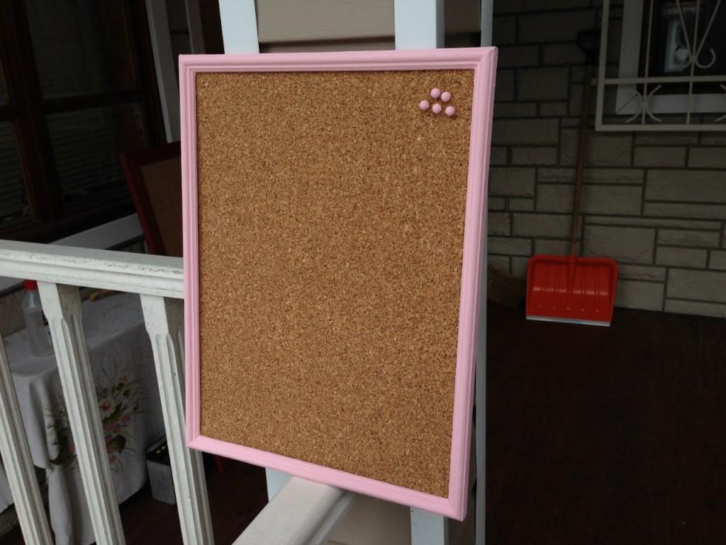 Пробковая доска на стену розовая рамка